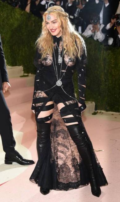 Considerada a diva das divas por muitos, Madonna mostrou na edição 2016 que ela é quem sabe chamar mesmo atenção num tapete vermelho Evan Agostini / Evan Agostini/Invision/AP