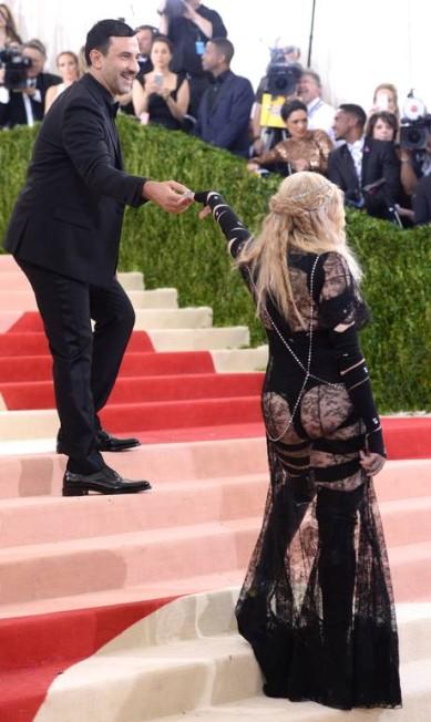 O criador do look, Riccardo Tisci, e Madonna Evan Agostini / Evan Agostini/Invision/AP