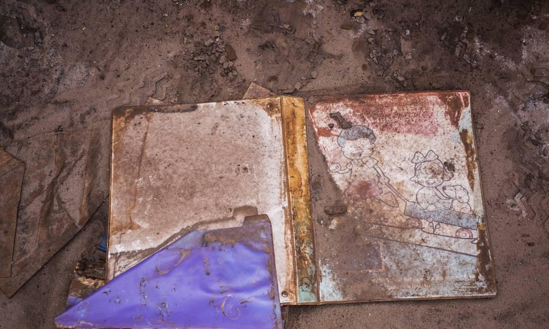 A mineradora Samarco admitiu que há o risco de rompimento das barragens de Santarém e Germano, em Mariana, vizinhas à barragem de Fundão. Na foto, escola destruida apos acidente em Gesteira Foto: Ana Branco / Agência O Globo