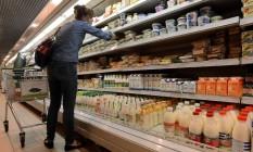Mulher escolhe alimentos em supermercados Foto: KIRILL KUDRYAVTSEV / AFP