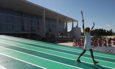 A jogadora de vôlei Fabiana desce a rampa do Palácio do Planalto. Ela foi a primeira a participar do revezamento da tocha Foto: Andre Coelho/O Globo