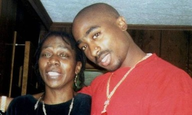 Afeni Shakur com o filho, Tupac Foto: Reprodução