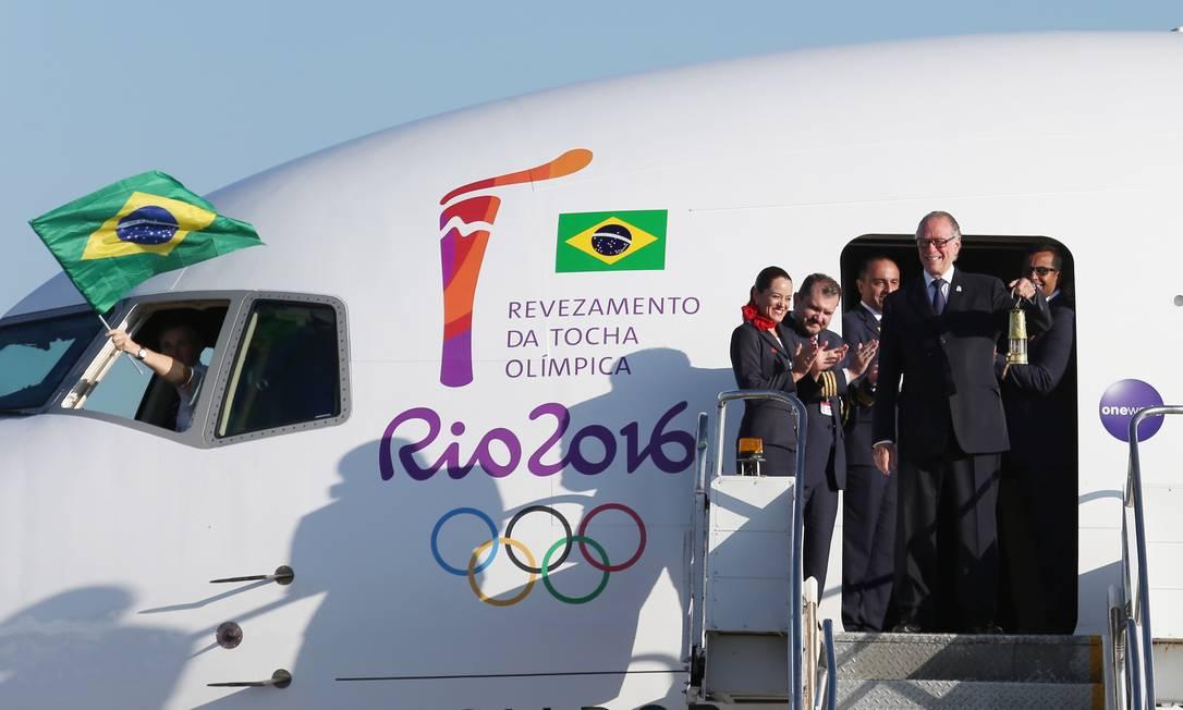 Nuzman desceu do avião com a chama olímpica, vinda da Suíça, para acender a tocha e iniciar o revezamento no Brasil Michel Filho / Agência O Globo