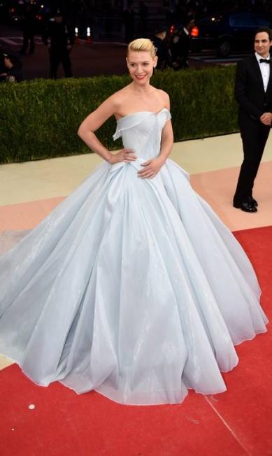 Claire Danes e o vestido que brilha no escuro TIMOTHY A. CLARY/AFP