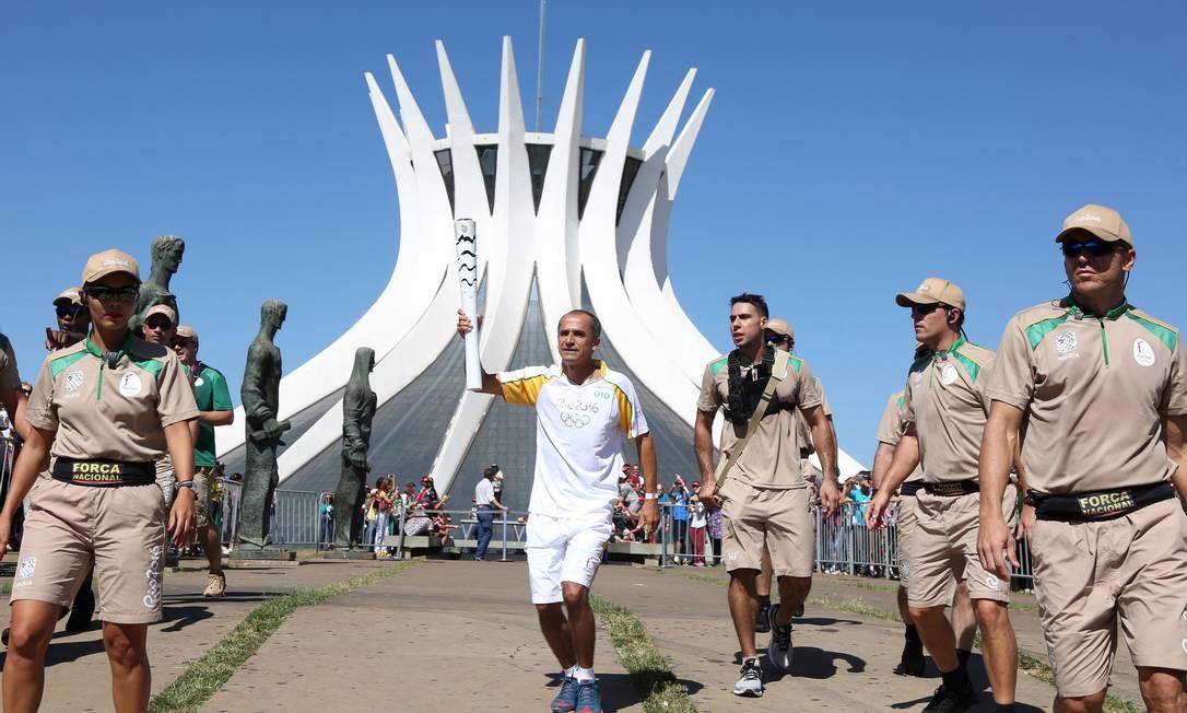 O ex-maratonista Vanderlei Cordeiro de Lima, bronze em Atenas-2004, foi um dos primeiros a levar a tocha em Brasília Michel Filho / Agência O Globo