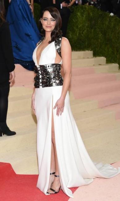 Emma Stone foi uma das últimas a chegar no Met Gala 2016 Evan Agostini/Invision/AP