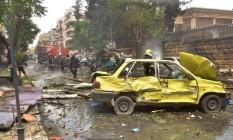Equipes de emergência chegam a rua afetada por ataque a hospital em Aleppo Foto: GEORGE OURFALIAN / AFP
