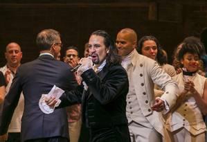 Lin-Manuel Miranda, e criador de 'Hamilton', fala com o público antes de uma apresentação, em 6 de agosto de 2015 Foto: LUCAS JACKSON / REUTERS