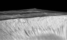 Imagem mostra marcas em colina de Marte causadas por água Foto: Divulgação / Nasa