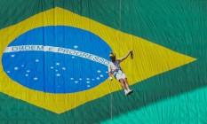 O oficial do Corpo de Bombeiros Haudson Alves faz rapel com a chama olímpica em Brasília Foto: ANDRE COELHO / Agência O Globo