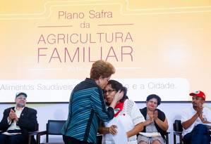 Dilma beija integrante de movimento social em lançamento do Plano Safra da Agricultura Familiar Foto: Divulgação / Roberto Stuckert Filho/PR