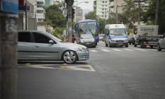 Carros avançam o sinal no cruzamento na Freguesia Foto: Analice Paron / Agência O Globo