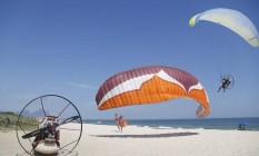 Pouso e decolagem. Praticantes de paramotor na Praia da Reserva Foto: Fabio Rossi / Fabio Rossi/15-12-2015