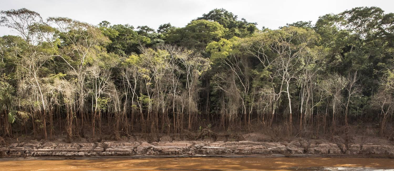 A paisagem destruída após rompimento da barragem do Fundão no caminho entre Mariana e Paracatu de Baixo Foto: Ana Branco / Agência O Globo / 26-4-2016