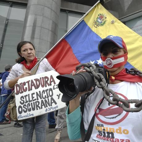 Na Venezuela, onde empresas independentes do Estado têm sido minadas na prática jornalística, funcionários de mídia protestam do lado de fora do escritório da ONU em Caracas Foto: JUAN BARRETO / AFP