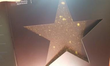 Galáxia aparece em disco de Bowie quando embalagem é exposta ao sol Foto: Reprodução