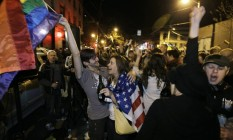 Pessoas festejam a vitória em um referendo que legaliza o casamento gay no estado de Seattle Foto: Ted S. Warren/AP/7-11-2012