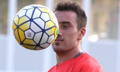 Olho nela. Mancuello observa a bola ao tentar o controle em um treino Foto: Gilvan de Souza / Flamengo / Gilvan de Souza/Flamengo/2-5-2016