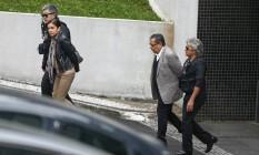 O publicitário João Santana e sua esposa Mônica Moura deixam a sede Policia Federal, em Curitiba Foto: Geraldo Bubniak/AGB / Agência O Globo