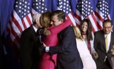 Ted Cruz abraça sua candidata a vice, Carly Fiorina, após derrota em Indiana Foto: CHRIS BERGIN / REUTERS