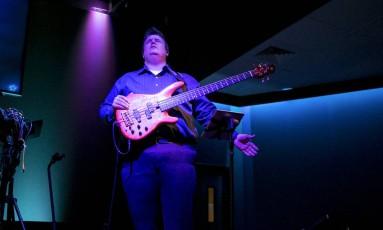 O americano Danny Cahill toca seu baixo numa igreja em Tulsa, Oklahoma: 45kg recuperados desde o programa Foto: ILANA PANICH LINSMAN / NYT