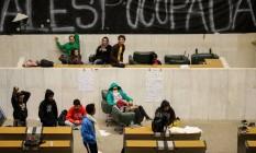 Estudantes secundaristas passam a noute no plenário da ALESP Foto: Pedro Kirilos / Agência O Globo