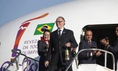 O presidente do COB, Carlos Arthur Nuzman, com a chama olímpica no desembarque em Brasília Foto: Rio2016/Andre Luiz Mello