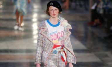 A moda dos anos 1940 foi repaginada e ganhou a passarela da Chanel, na coleção resort Foto: ALEXANDRE MENEGHINI/REUTERS