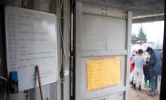 Escola improvisada em campo de refugiados na fronteira entre a Grécia e a Macedônia que abriga mais de 50 mil pessoas Foto: TOBIAS SCHWARZ / AFP