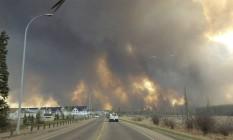 Fumaça toma cidade de Fort McMurray, em Alberta Foto: Mary Anne Sexsmith-Segato / AP