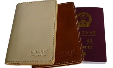 Capas protetoras para passaportes vendidos com a marca IPHONE® Foto: REPRODUÇÃO