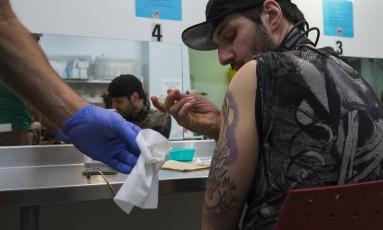 Viciado em heroína recebe ingrediente ativo da droga em clínica canadense Foto: RUTH FREMSON / NYT
