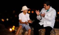 """Maduro conversa com um menino durante o programa """"Em contato com Maduro"""": Parlamento com ação restrita Foto: HANDOUT / REUTERS"""