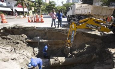Cratera que havia sido fechada volta a ser aberta em Ipanema Foto: Agência O Globo / Márcia Foletto