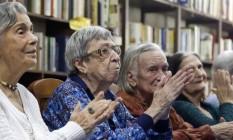 Carinho. Idosas do Retiro Humbolt, em Jacarepaguá Foto: Fabio Rossi / Agência O Globo