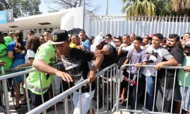 Venda de ingressos para a torcida do Vasco teve muito tumulto e bate-boca por conta da ação de cambistas Foto: Guilherme Pinto / Agência O Globo