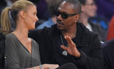 Eddie Murphy e sua namorada Paige Butcher durante jogo da NBA Foto: Mark J. Terrill / AP