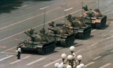 Chinês bloqueia fila de tanques após forças militares reprimirem protestos pró-democracia em Tiananmen Square em 05 de junho de 1989 Foto: Jeff Widner