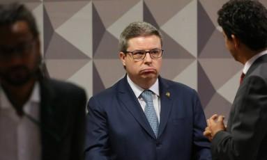 Relator Antônio Anastasia (PSDB-MG) apresenta parecer sobre impeachment em comissão do Senado Foto: Ailton Freitas / Agência O Globo