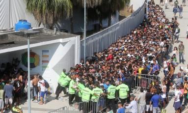 Torcida do Vasco fez longa fila na manhã desta quarta-feira, primeiro dia de venda de ingressos para a final do Carioca, no Maracanã Foto: Guilherme Pinto / Agência O Globo
