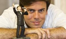 Em alta. O cantor com uma réplica sua em miniatura: presente de fã Foto: Ana Branco / Agência O Globo