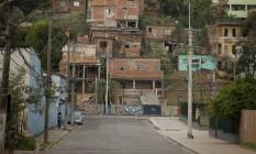 Comunidade na altura do número 2.900 da Rua Candido Benício, em Jacarepaguá Foto: Analice Paron / Agência O Globo