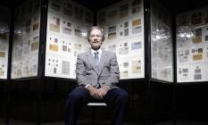 Bill Gross e parte de seu acervo na exposição realizada pelo museu Smithsonian, em Washington Foto: Michael Temchine / NYT/29-4-2007