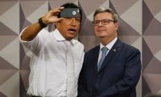 Relator Antônio Anastasia tira foto com o senador Magno Malta Foto: Ailton Freitas / Agência O Globo