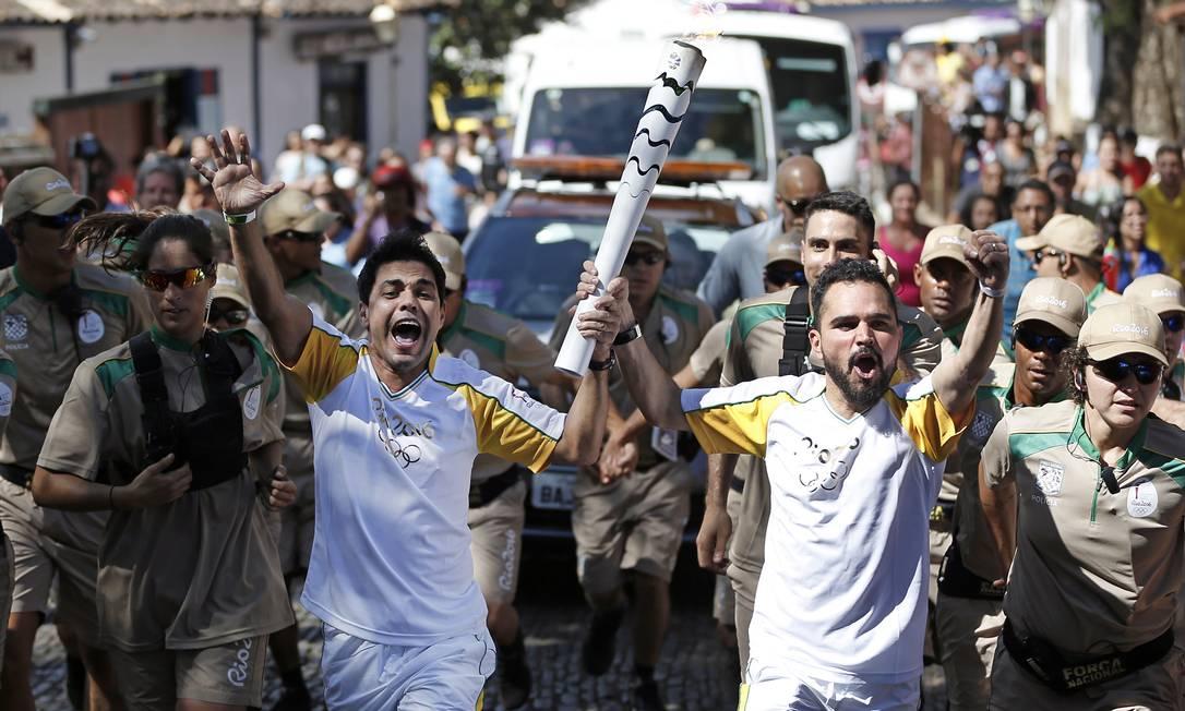 Zezé de Camargo e Luciano participam do revezamento da tocha olímpica, em Pirenópolis, Goiás Fernando Soutello / Rio2016