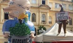 Boneco inflável do governador Geraldo Alckmin é instalado em frente à Secretaria Estadual da Educação Foto: Foto do Leitor / Agência O Globo