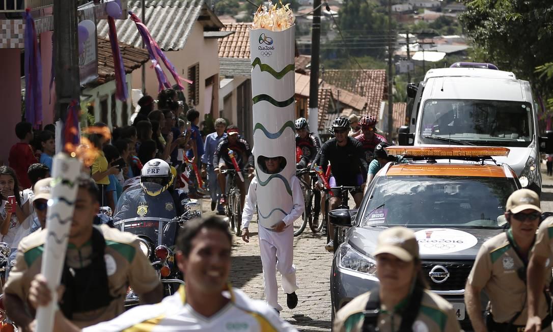 População de Corumbá de Goiás entra no clima do revezamento e homem acompanha o comboio fantasiado de tocha Fernando Soutello / Rio2016