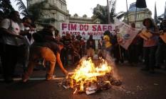 Os manifestantes atearam fogo em papeis Foto: Domingos Peixoto / Agência O Globo