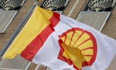 Bandeira da Shell em frente ao escritório da empresa em Haia, na Holanda Foto: Peter Dejong / AP/7-4-2014