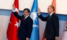 Davutoglu (e) e Erdogan (d): premier ficou minado por presidente Foto: UMIT BEKTAS / REUTERS
